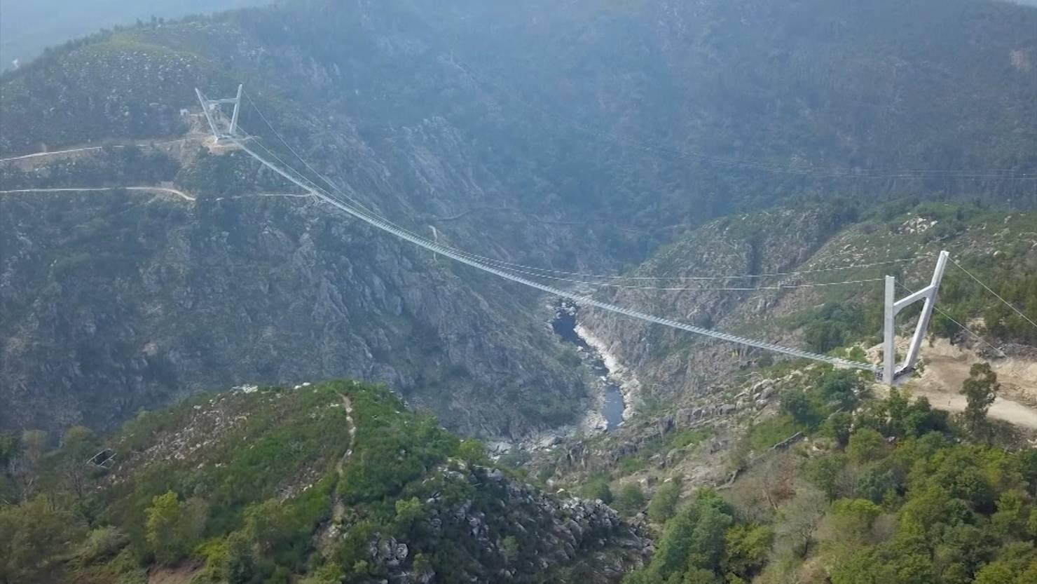 Längste Fussgänger-Hängebrücke der Welt in Portugal