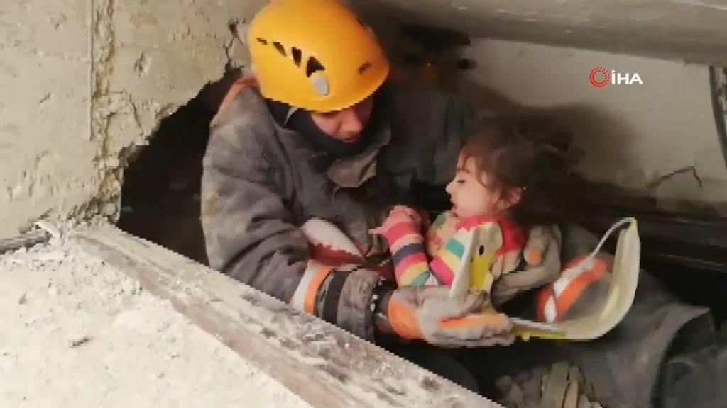 Zweijähriges Mädchen und Mutter aus Trümmern gerettet