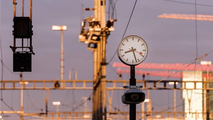 Bei massiven Zugverspätungen sollen Passagiere künftig mehr als nur einen Kaffee-Bon erhalten. CHRISTIAN BEUTLER/Keystone