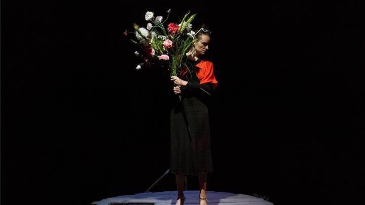 Irina Ungueranu spielt und singt einen Abend um Wahrheit, Lügen und Maria Tănase.Luca Schaffer