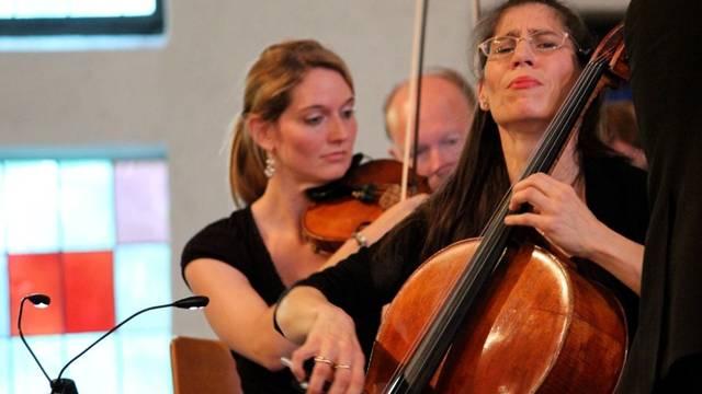 Muriel Gabathuler (l.) an der Violine und Imke Frank (r.) am Violoncello.