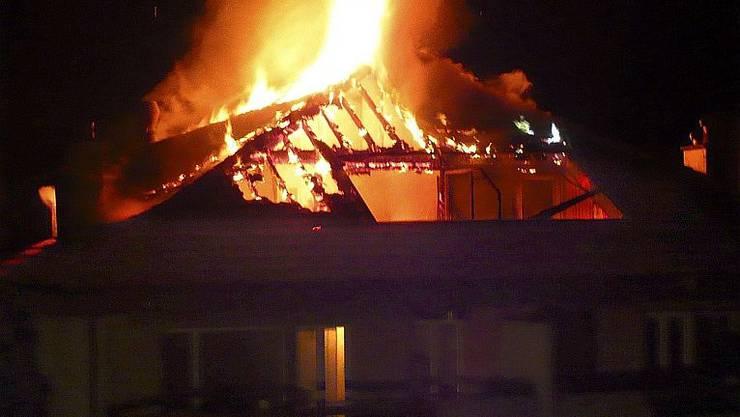 Ein 53-Jähriger ist in der Nacht zum Montag bei einem Wohnungsbrand in Heimberg BE ums Leben gekommen. (Symbolbild)