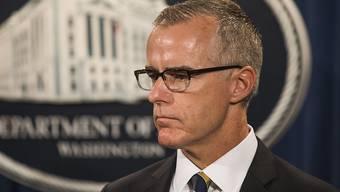 McCabe war unter anderem für die Ermittlungen gegen die demokratische Präsidentschaftskandidatin Hillary Clinton verantwortlich. Da diese zu keinem Strafprozess gemündet waren, was McCabe seit Monaten unter Beschuss des US-Präsidenten Donald Trump.