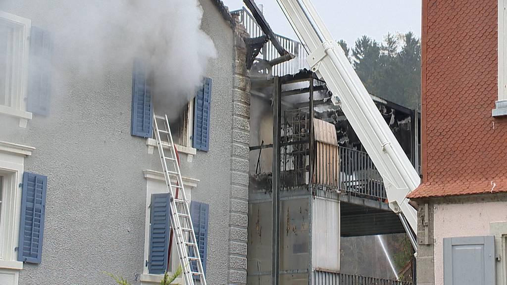 Nach Brand: Mehrfamilienhaus unbewohnbar – Frau verletzt