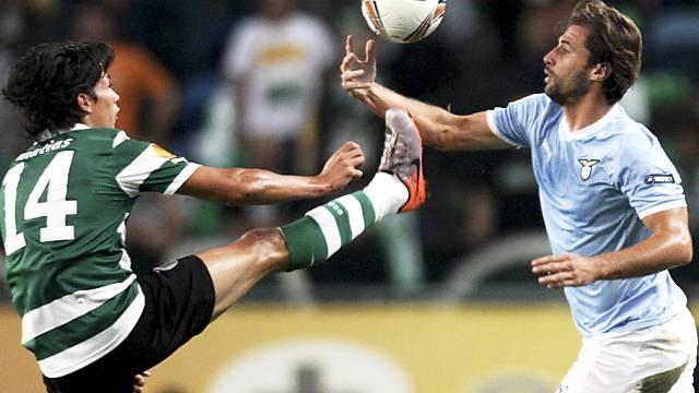Fernandez (links) schaut Cana beim Handball zu.