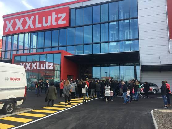 Grosser Besucherandrang bei der Filialen-Eröffnung des österreichischen Möbel-Riesen XXXLutz in Rothrist.