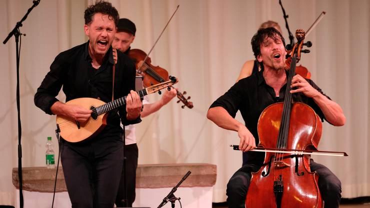 Dieses Duo pflegt ein ungemein physisches Spiel: Klemens Bittmann (links, Mandola) und Matthias Bartolomey (Violoncello).