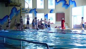 Den Angestellten vom Hallenbad Sissilia in Sisseln wird an einem gewöhnlichen Werktag nicht so schnell langweilig. Hier schwimmen Kinder und Jugendliche von 20 Schulen der Region. (Archivbild)