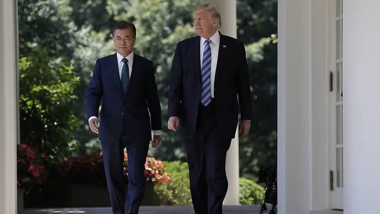US-Präsident Donald Trump und Südkoreas Präsident Moon Jae In wollen die Sanktionen gegen Nordkorea weiter verschärfen (Archiv)