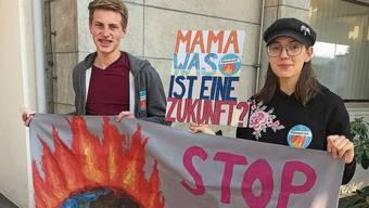Jugendliche machen vor dem Rathaus auf den Klimanotstand aufmerksam.