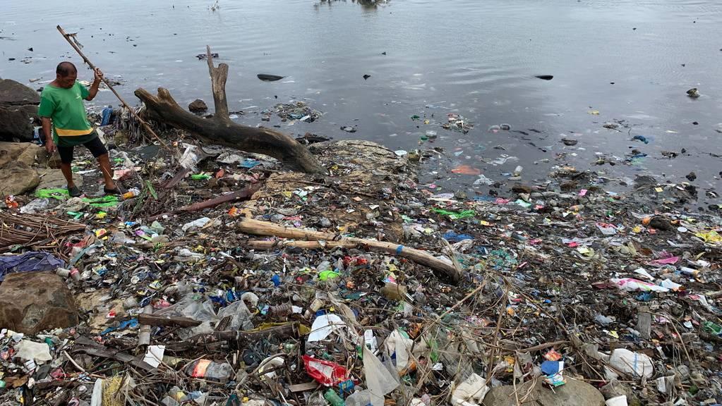 Ein Bauer auf den Philippinen stochert am Coastal Cleanup Day 2019 im angeschwemmten Müll. So schlimm wird es nicht werden, wenn am 19. September mindestens 200 Freiwillige in und am Zürichsee Abfall sammeln. (Archivbild)