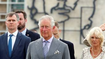 Der britische Prinz Charles und seine Frau Camilla vor dem Monument des kubanischen Nationalhelden Jose Marti in Havanna.