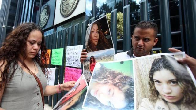 Verwandte mit Bildern der Opfer