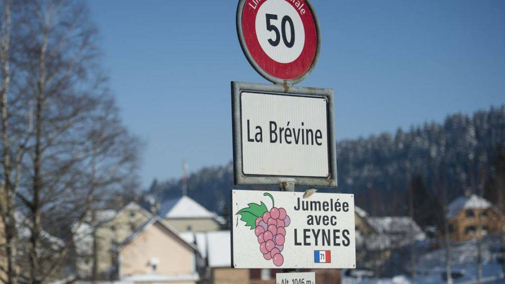 Das für seine Kälte bekannte Neuenburger Bauerndorf La Brévine gehört zu den 18 Schweizer Gemeinden, die das 20-Prozent-Kontingent für Zweitwohnungen ausgeschöpft haben. (Archivbild)