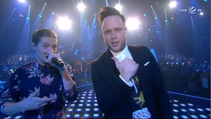 Zu Beginn der Show sangen die vier Finalisten mit Oli Murs