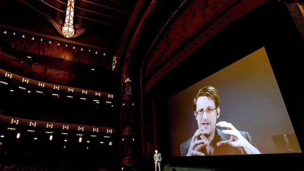 Direkt aus Russland zugeschaltet: Edward Snowden beantwortet Fragen per Live-Verbindung in Amsterdam.