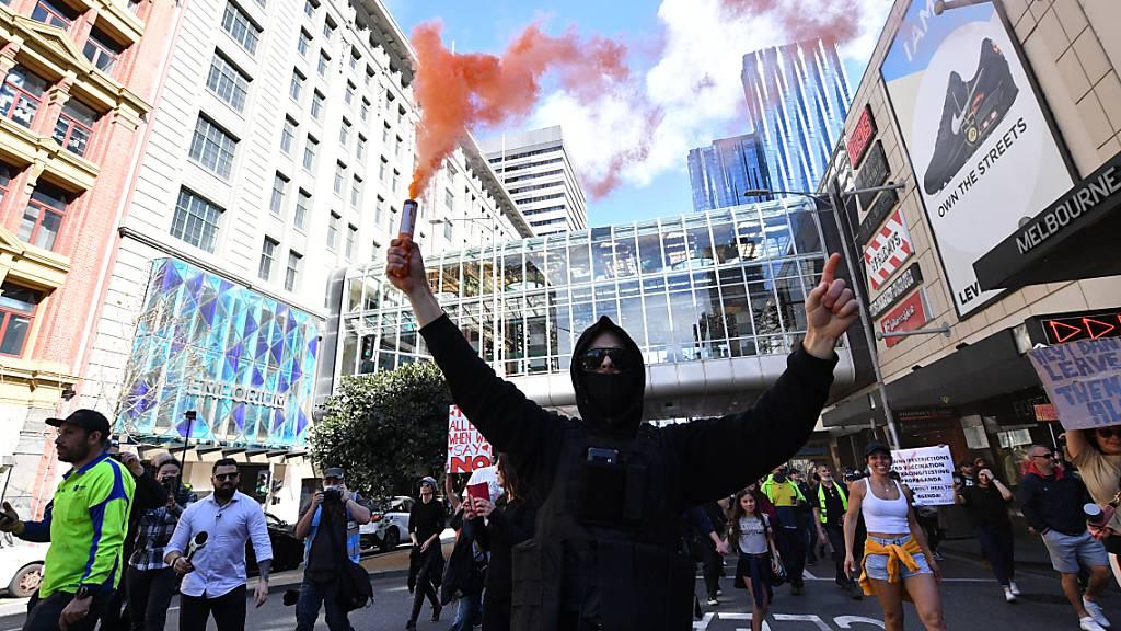 In Melbourne sind am Samstag zahlreiche Personen auf die Strasse gegangen, um gegen die Corona-Politik zu demonstrieren.