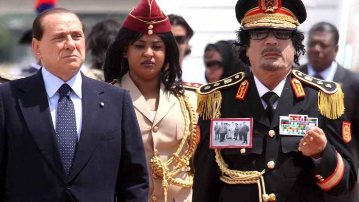 Muammar Gaddafi mit Silvio Berlusconi, bevor sich Italien von Libyen abwandte. Archiv)