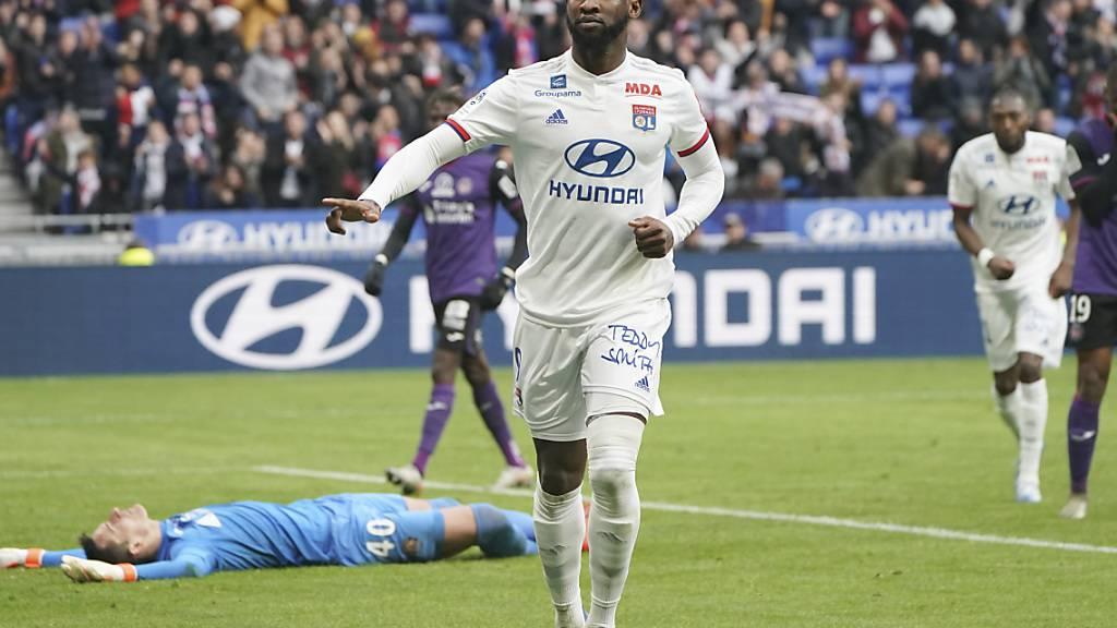 So sah es diese Saison meist aus: Lyon-Stürmer Moussa Démbélé feiert ein Tor, Toulouse-Goalie Baptiste Reynet am Boden