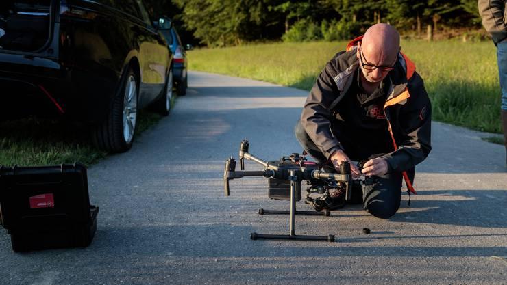 Drohnenpilot Jürg Schöni bereitet die Drohne für den Abflug vor