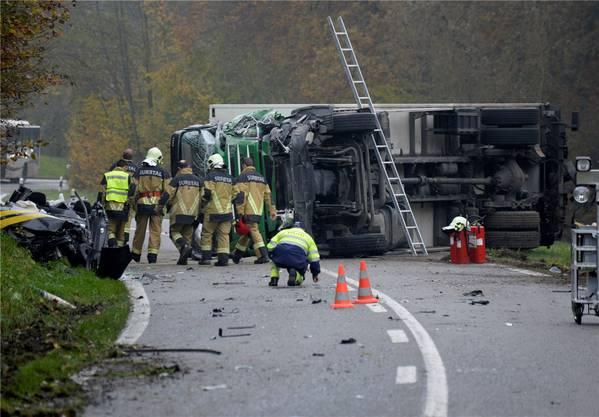 Im November 2014 kam es zum Unfall zwischen einem Postauto, einem Lastwagen und einem Personenwagen.