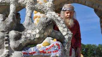 Bruno Weber am Eingang zum Wassergarten (Sommer 2010).  bhi Bruno Weber am Eingang zum Wassergarten (Sommer 2010).  bhi Bruno Weber mit einer seiner fantasievollen Skulpturen.  BHI