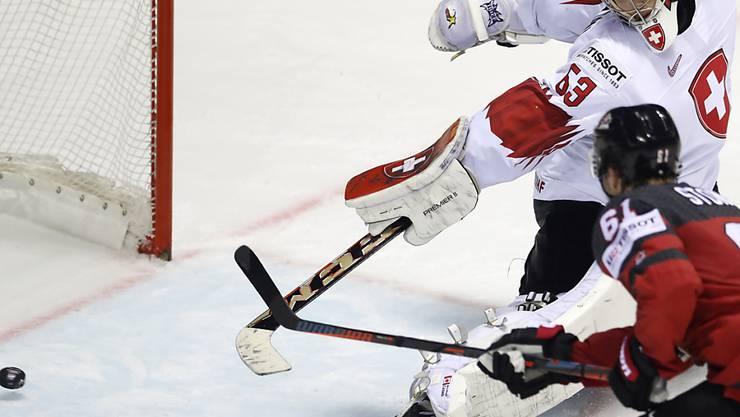 Der letzte Stich ins Schweizer Hockey-Herz: Mark Stone erzielt in der Verlängerung gegen Goalie Leonardo Genoni das dritte Tor der Kanadier