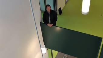 Gemeinderat Daniel Wehrli beim Lichthof des neuen Schulgebäudes.