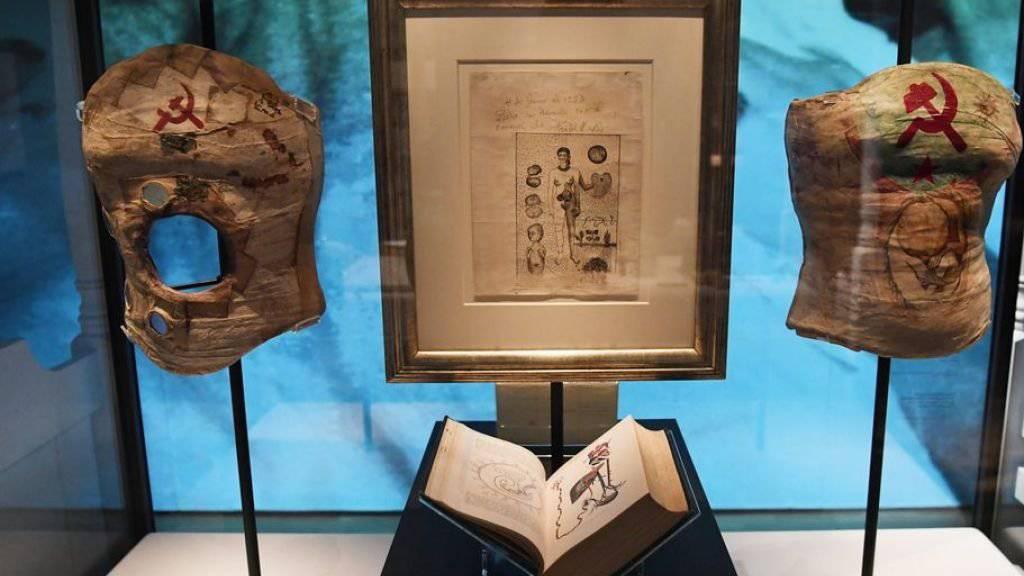 Frida Kahlos Korsetts in der Ausstellung «Frida Kahlo: Making Her Self Up» im Victoria and Albert Museum in London. Das Loch im Exponat links könnte ihre Trauer über den fehlenden Fötus meinen: Kahlo hatte - vermutlich als Folge ihrer körperlichen Versehrtheit - mehrere Fehlgeburten.