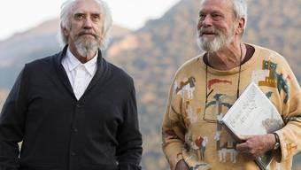 """Regisseur Terry Gilliam (r) und Hauptdarsteller Jonathan Pryce in """"The Man Who Killed Don Quixote"""". Nach längerem juristischen Tauziehen ist der Film in Cannes ausser Konkurrenz zu sehen. (Pressebild)"""