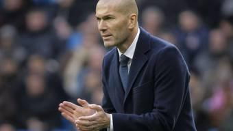 Zinédine Zidane, der neue Trainer von Real Madrid, feuert seine Spieler an. Auch im zweiten Spiel unter Zidanes Leitung schoss Real beim 5:1 gegen Gijon fünf Tore