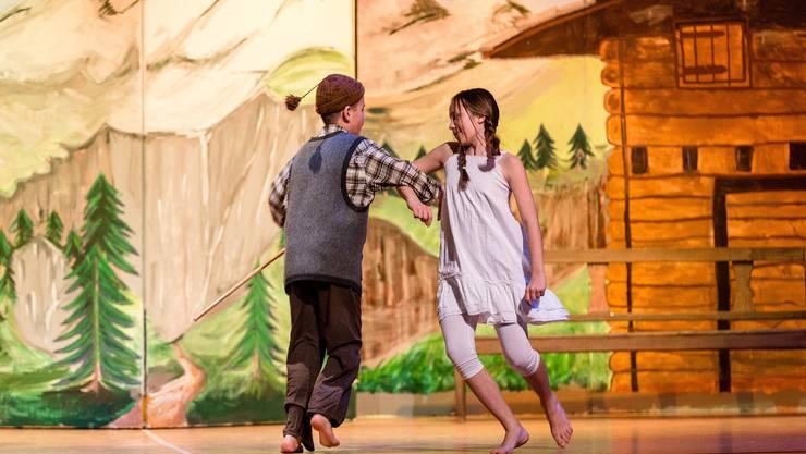 Die gesamte Mittelstufe Untersiggenthal führt eine Tanz-Interpretation der Geschichte von Heidi auf