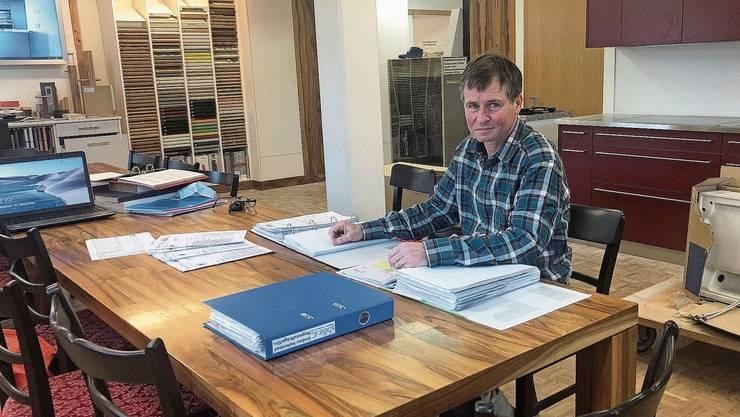 Mit den Unterlagen zum Auftrag Hallenbad füllt Otto Walti mittlerweile drei Ordner.