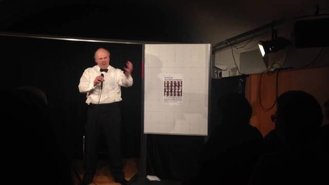Der ehemalige Maler animiert das Publikum zum Mitsingen