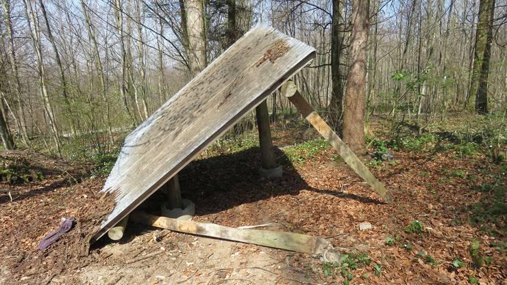 Der Holzunterstand im Wald von Berikon wurde von einem Unbekannten zerstört.