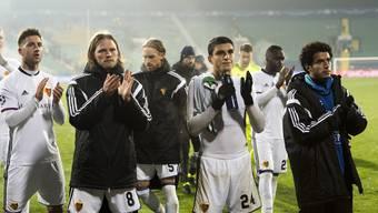 Düstere Gesichter beim FC Basel - die Spieler bedanken sich enttäuscht bei den treuen Fans.