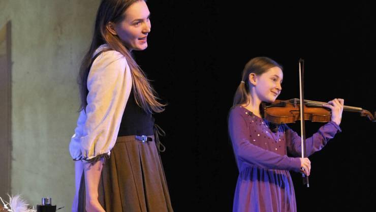 """Komponistin Alma Deutscher (r) begleitet während einer Probe ihrer Oper """"Cinderella"""" die Titelheldin  Theresa Krügl auf der Violine."""