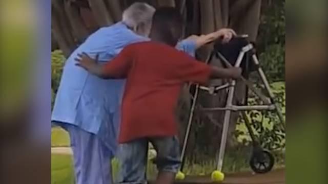 Virales Video: 8-Jähriger hilft älterer Frau die Treppe hoch