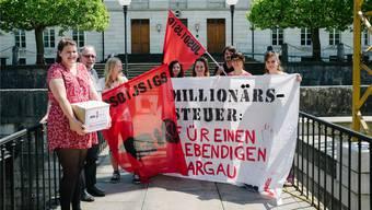 Die Initianten bei der Einreichung des Begehrens vor dem Grossratsgebäude.