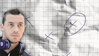 «Hier, das bin ich»: Marcelo Diaz umkreist auf einem Zettel seine Position.Fotos: keystone; pat