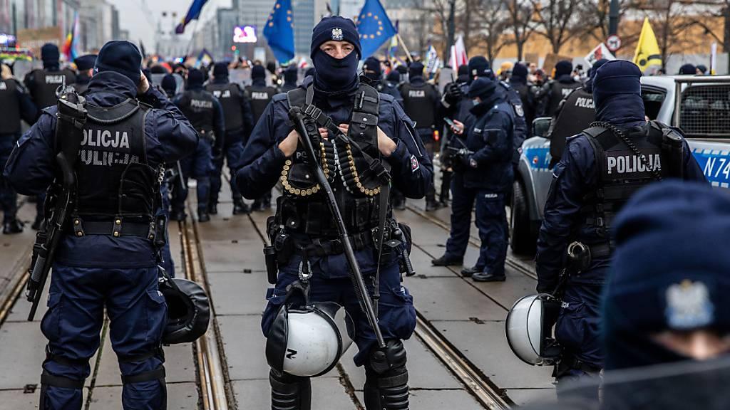 Polizisten in Schutzuniform stehen während einer Demonstration in der Hauptstadt Wache.