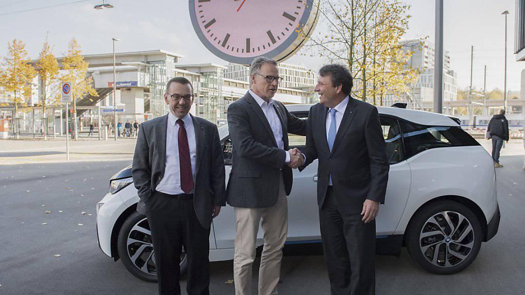 """SBB-Chef Andreas Meyer (Mitte) mit BMW-Chef Kurt Egloff (rechts) und ETH-Mobilitätsexperte Ulrich Weidmann: Ihr Testangebot """"Green Class"""" ist Anfang Jahr angelaufen. (Archivbild)"""