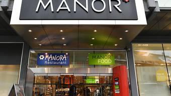 Die Warenhauskette Manor will am Hauptsitz in Basel bis zu 200 Stellen abbauen. (Symbolbild)