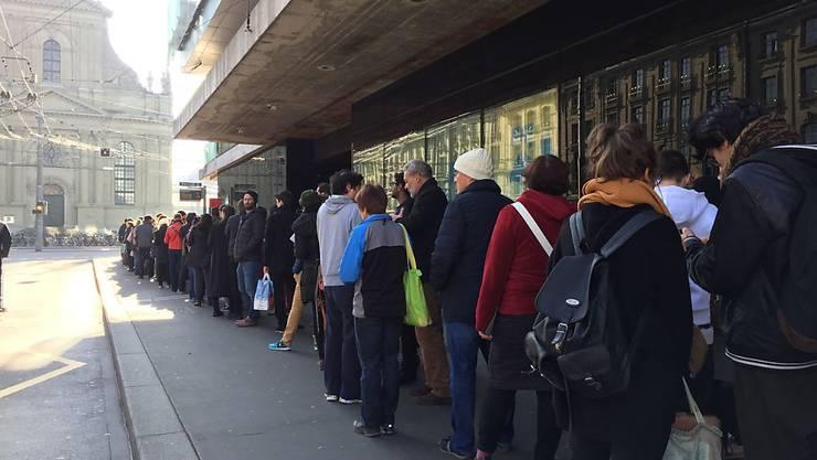 Wer am Sonntag in Bern noch seine Wahl- und Abstimmungszettel in die Urne legen wollte, brauchte Geduld. Vor dem Wahllokal hatte sich eine lange Schlange gebildet, die sich durch den Bahnhof und um den Bahnhof herum zog.