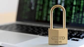 Das veraltete Datenschutzgesetz soll revidiert werden. Das Parlament will das in zwei Etappen tun. Damit klammert es die umstrittenen Punkte vorerst aus. (Symbolbild)