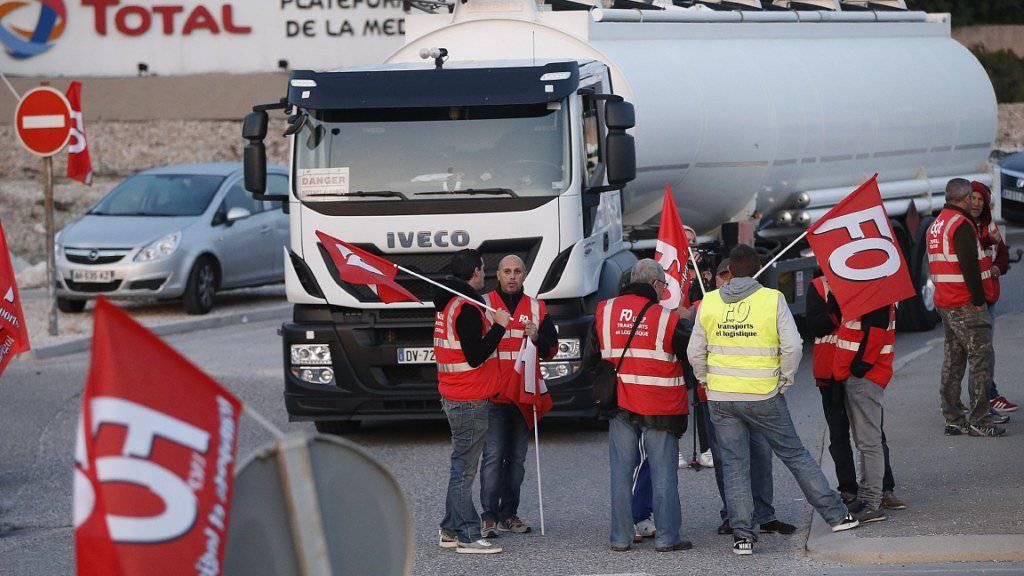 Lastwagenfahrer demonstrieren in Frankreich gegen die Arbeitsmarktreform von Präsident Emmanuel Macron.