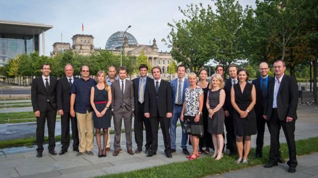 Die «Schweiz am Sonntag»-Redaktion vor dem Reichstag in Berlin.