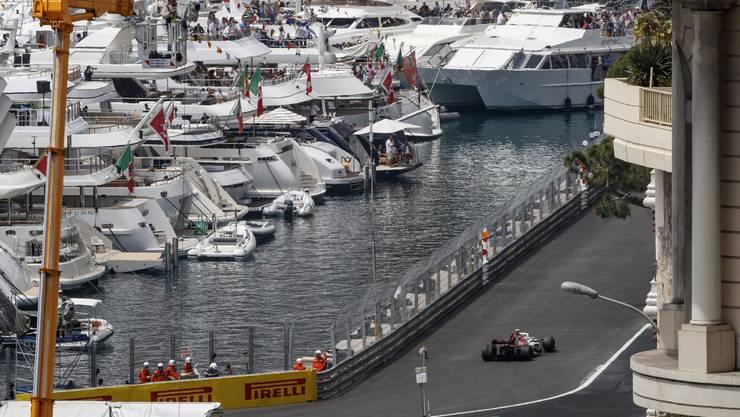 Charles Leclerc unterwegs auf der Rennstrecke von Monaco.