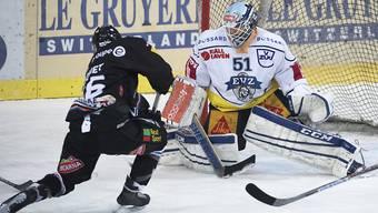 Fribourgs Nelson Chiquet scheitert am Zuger Goalie Tobias Stephan