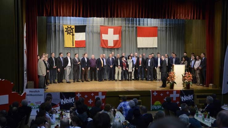 Die Kantonsratskandidatinnen und Kandidaten der SVP versammelten sich auf der Bühne um den Vertrag mit dem Volk zu geloben.